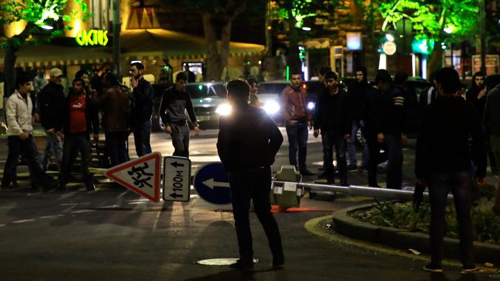 Полицейские в Ереване просят священников уговорить митингующих разойтись