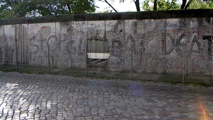 Порошенко об инциденте с Берлинской стеной: Это не отражает позицию политической силы