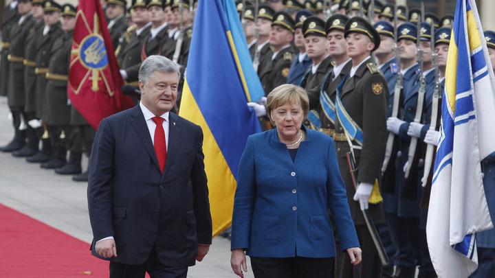 Как в старые времена: Канцлера Германии Меркель встретили на Украине лозунгом националистов - видео
