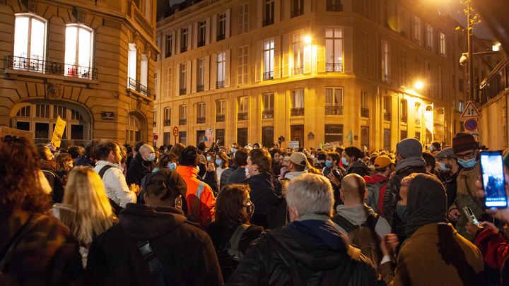 Парижские репрессии: Журналистка пожаловалась на беспощадный приказ полиции Франции