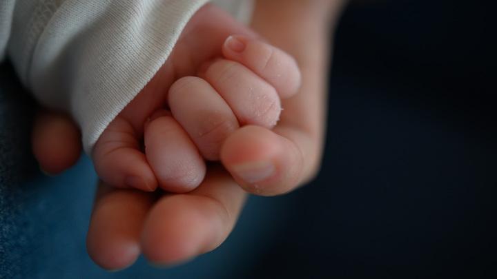 Младенец появился на свет со спиралью в руке: Трогательная история о победе жизни