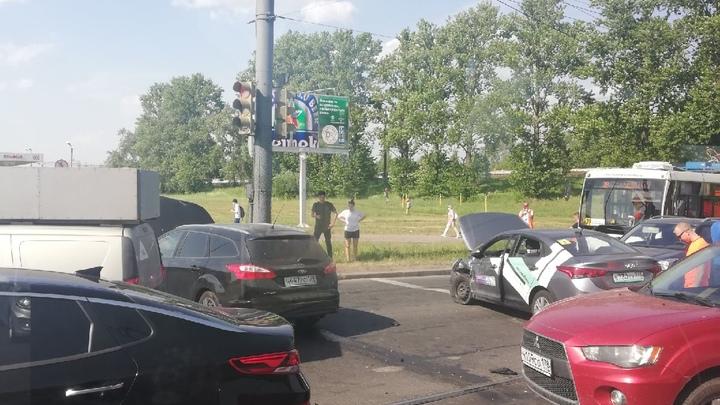 В Петербурге каршеринг столкнулся с Ford, образовав пробку на несколько километров