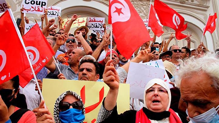Кризис в Тунисе: президент стал диктатором, правящая партия раскололась