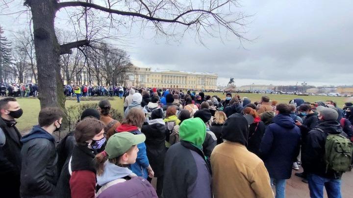 Из-за несанкционированного митинга в Петербурге закрыли на выход «Адмиралтейскую» и «Гостинку»