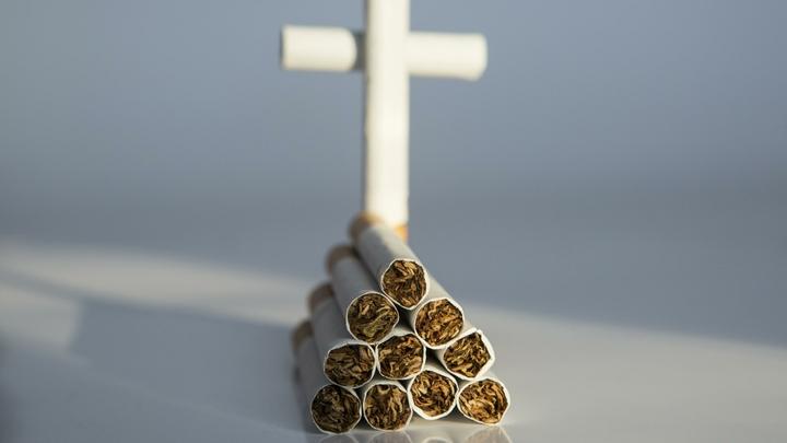 Курящих у подъездов в России будут жестоко наказывать