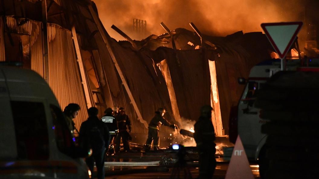 Площадь пожара вскладском помещении наулице Полярной достигла 15 000 квадратных метров