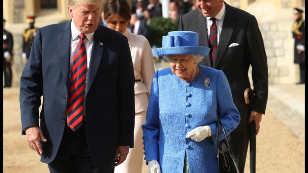 «Хорошие манеры? Не слышал»: Трамп потерял королеву Великобритании - видео