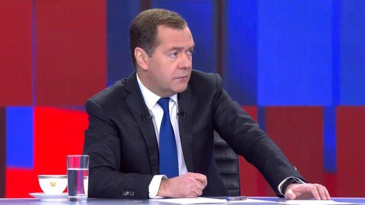 Как вы оцениваете свой провал? Политологи озвучили свои вопросы к Медведеву