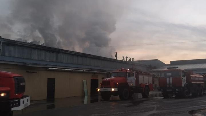 В Свердловской области более трех часов тушили вспыхнувший торговый комплекс