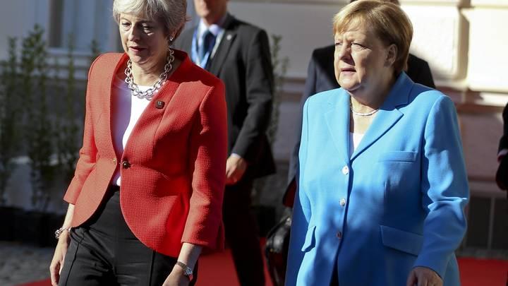 «У нее руки в «Новичке»: В Сети пытаются объяснить отказ Меркель пожать руку Терезе Мэй