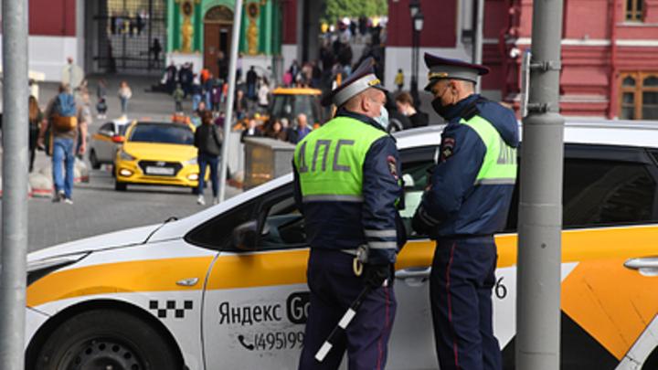 В Самарской области инспектора ГИБДД искупали в горячем кофе: водитель плеснул напиток в лицо