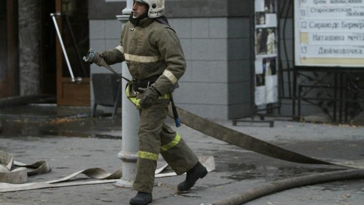 В Екатеринбурге загорелась гостиница на улице Восточной
