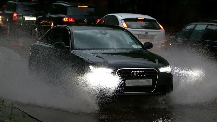 Невский потоп: Улицы Петербурга затопил ливень - видео