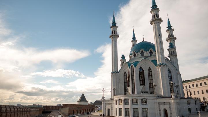 Пассажирский автобус протаранил двери мечети в Казани