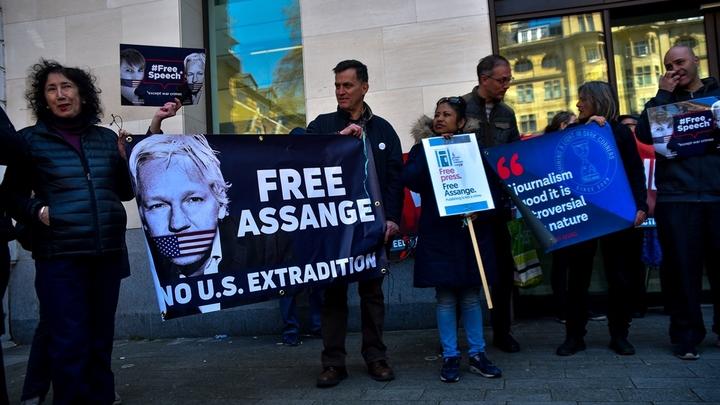 Общественность становится на защиту Ассанжа. В чём причина?