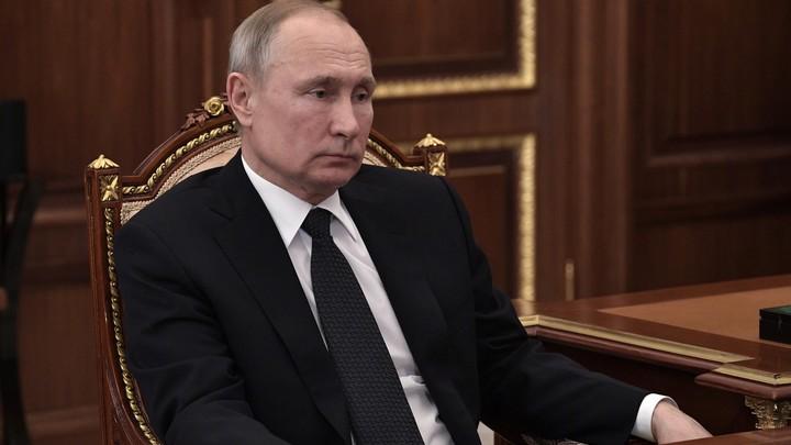 Путин после возложения цветов к памятнику Собчаку отправился к петербуржцам,собравшимся на улице