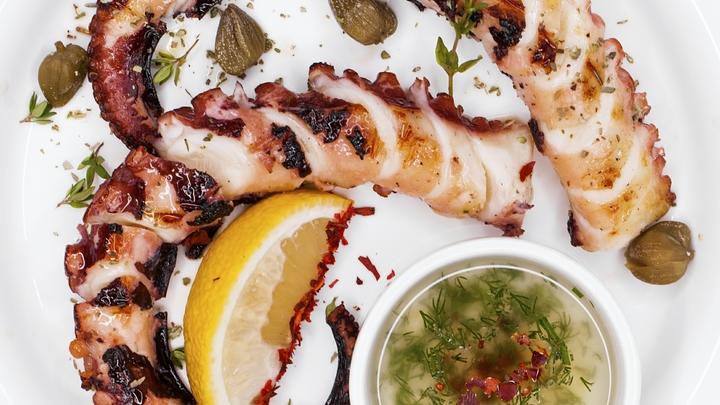 Тематическое меню и кулинарные мастер-классы: Московские рестораны готовят съедобную Крымскую весну