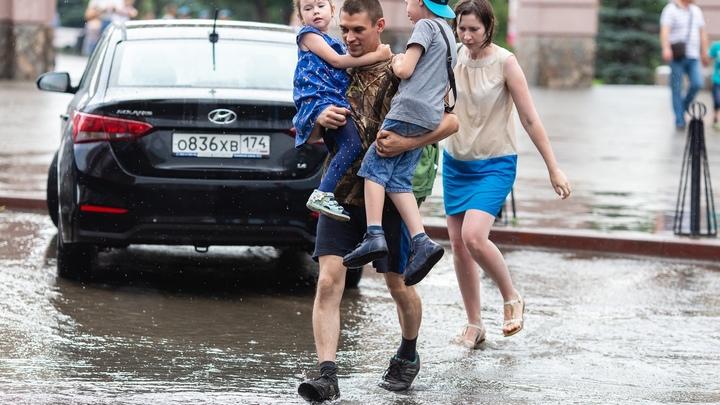 В Челябинске после ливня с грозой смыло даже улицы в центре города