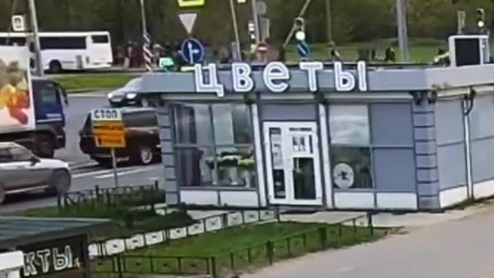 Очевидцы рассказали, как завязалась драка между сотней мигрантов в Петербурге