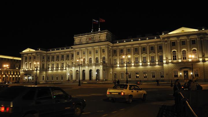 СМИ: На входе в Мариинский дворец в Петербурге ввели жесткий дресс-код