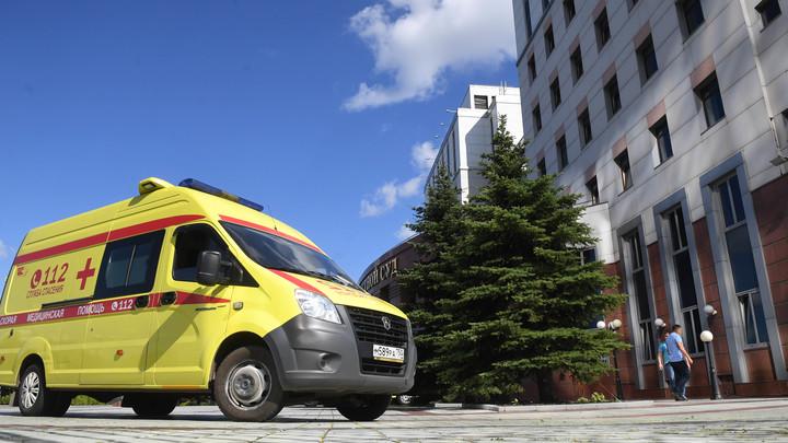 Отлетевшее от грузовика колесо сбило пешехода в Москве