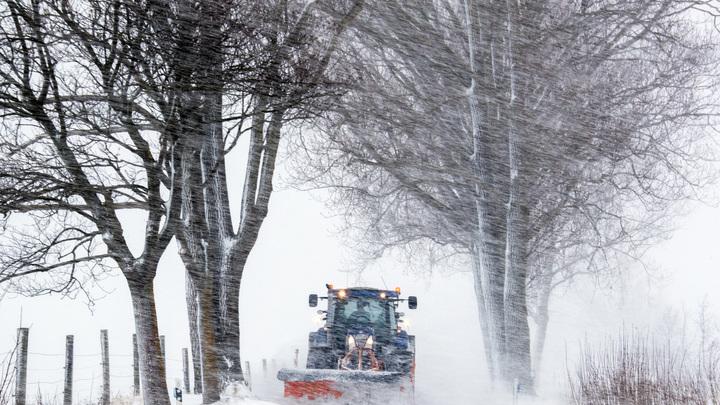 Как тебе такое, Илон Маск?: Водитель на Урале устроил ледяной форсаж на тракторе
