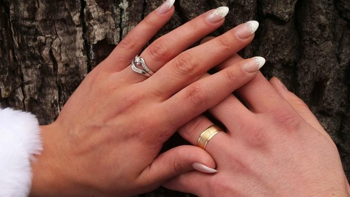 Хотела, чтобы папа держал за руку: Невеста сделала маникюр с прахом отца, который умер незадолго до свадьбы