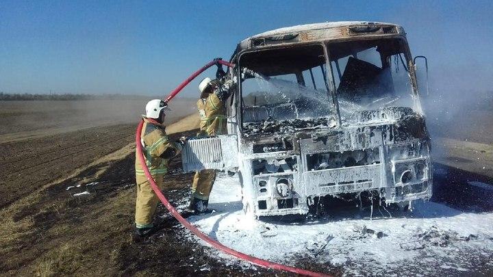 Под Ростовом-на-Дону прямо на трассе загорелся автобус с тридцатью пассажирами