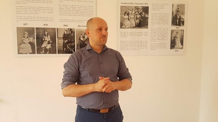 Организатор выставки малоизвестных фотографий императорской семьи Денис Судобин. Фото: Евгений Криницын