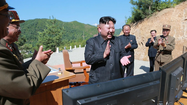 Ким Чен Ын оттолкнул журналиста в Доме мира - видео