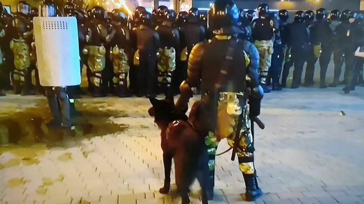 На блокированном перекрёстке в Минске автомобиль снёс бойца в экипировке