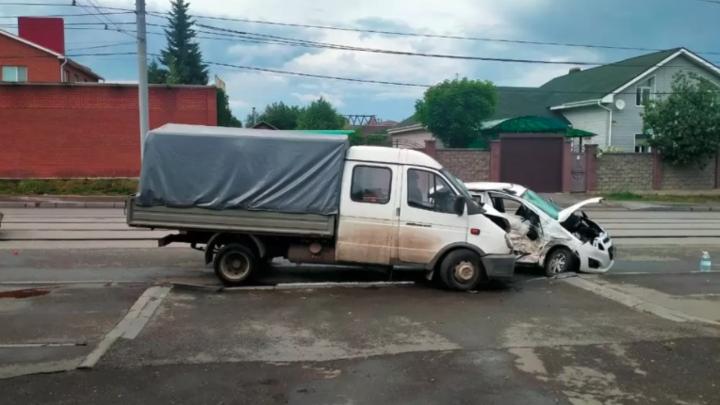 В Челябинске на улице Комсомольская девушка на иномарке столкнулась с Газелью