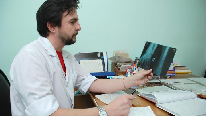 Пусть на себе испытают диспансеризацию: Пронько предложил запретить чиновникам лечиться за границей
