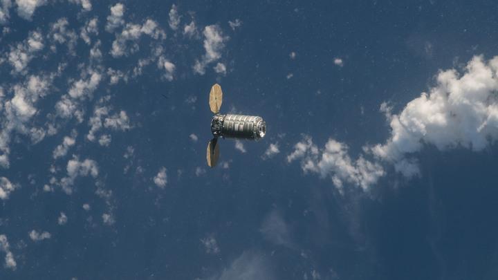 Космическая капсула доставила на Землю троих космонавтов и мяч ЧМ-2018