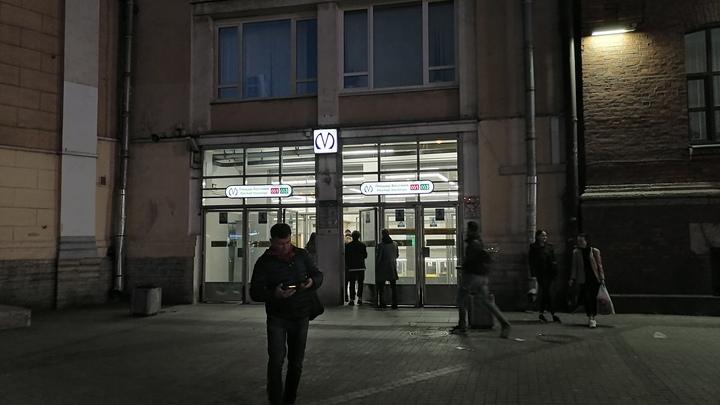 В Петербурге из-за упавшего человека движение в метро приостановили