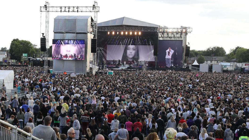 Минута молчания и концерт: Великобритания поет в память о погибших в терактах