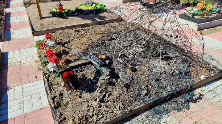 «Сгорели венки, деревянные кресты»: петербуржцы ищут негодяя, который 9 мая сжег могилу блокадницы