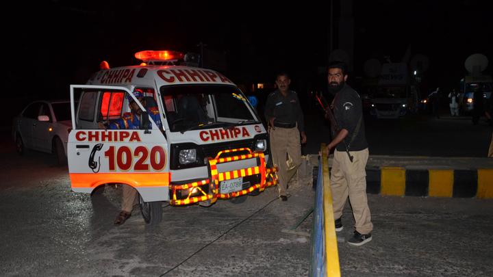 Женщины и дети: В Пакистане 11 человек погибли в ДТП с микроавтобусом и грузовиком