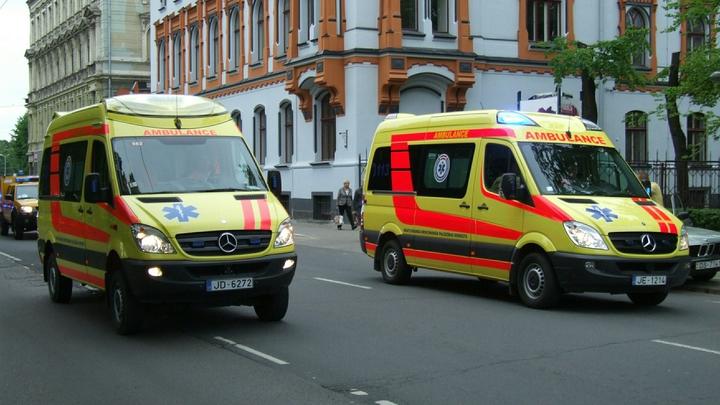 Автомобиль въехал в группу детей в Риге, есть пострадавшие