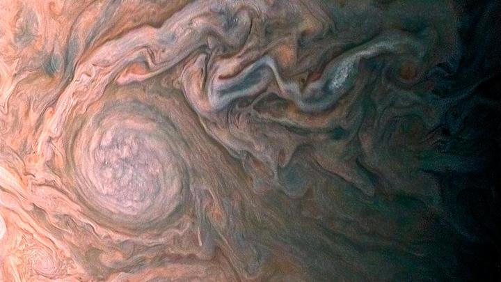 Ученые засняли красный ураган-гигант на Юпитере