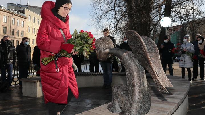 Тайное открытие и шеренга чиновников повергли в шок вдову автора памятника погибшим медикам