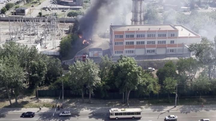 В Челябинске произошел крупный пожар рядом с подстанцией Россетей возле зоопарка