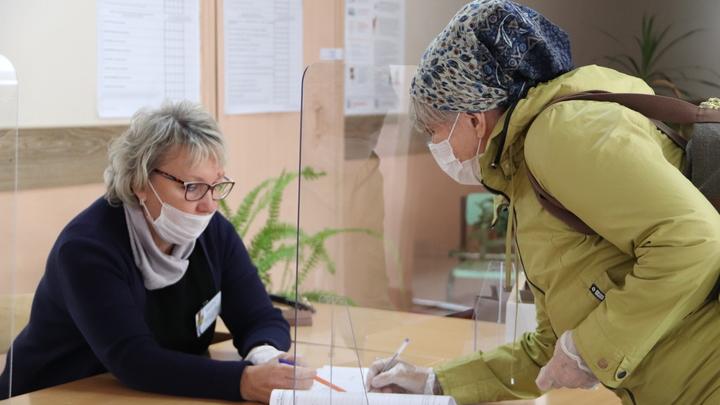 В Новосибирске в первый день голосования у избирательных участков выстроились огромные очереди