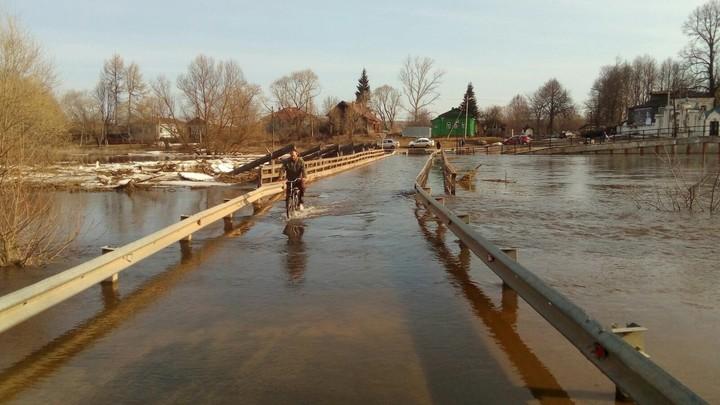 В Холуе Ивановской области затопило мост через Тезу