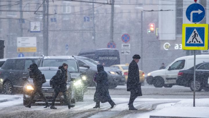 4 аварии с 60 авто: В Москве из-за снегопада начался дорожный апокалипсис - видео