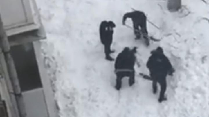 В Нижнем Новгороде с крыши вместе с рабочими сошла лавина снега