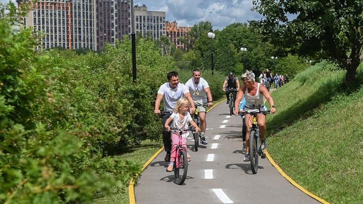 Губернатор на велосипеде: Андрей Воробьев проверил велодорожки в парке Эко-берег в Химках
