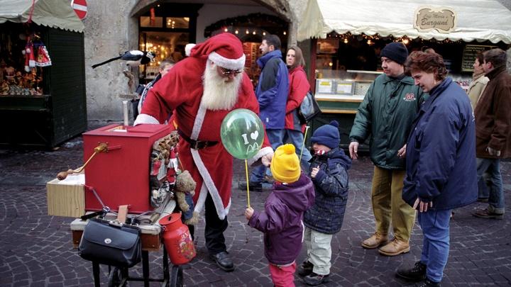 Распятый Санта: В Нью-Йорке едва не устроили самосуд над художником, поглумившимся над Рождеством