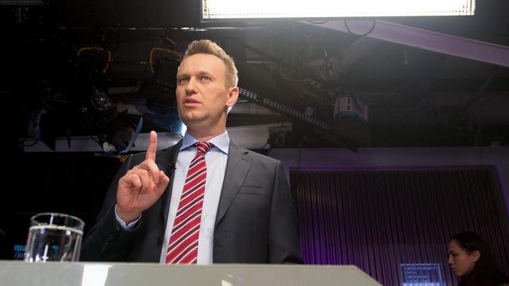 На Навального подали в суд за именные часы Путина