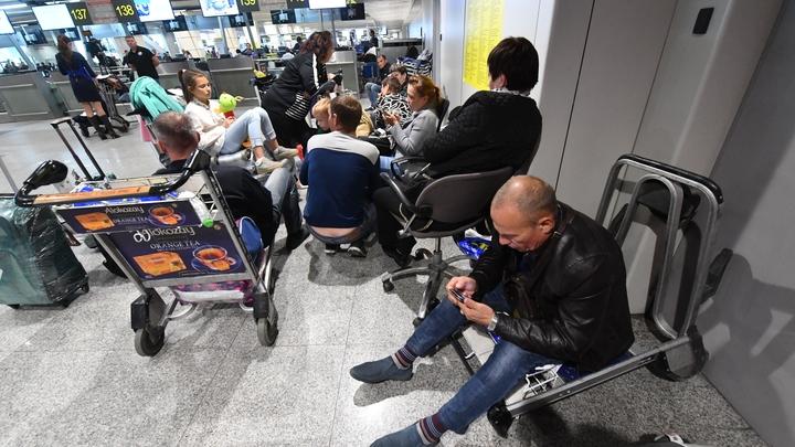 Все для народа: За сидение на полу в аэропортах Москвы придется платить